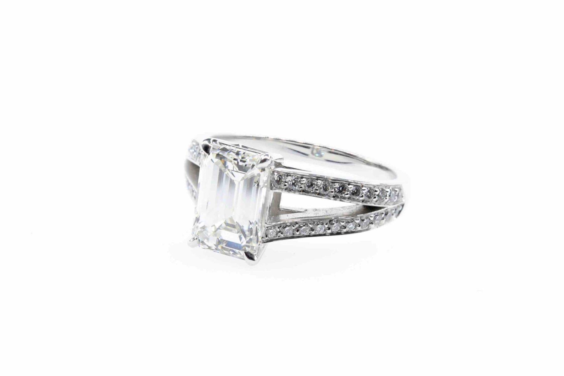 Bague diamant de taille émeraude en or blanc 18k