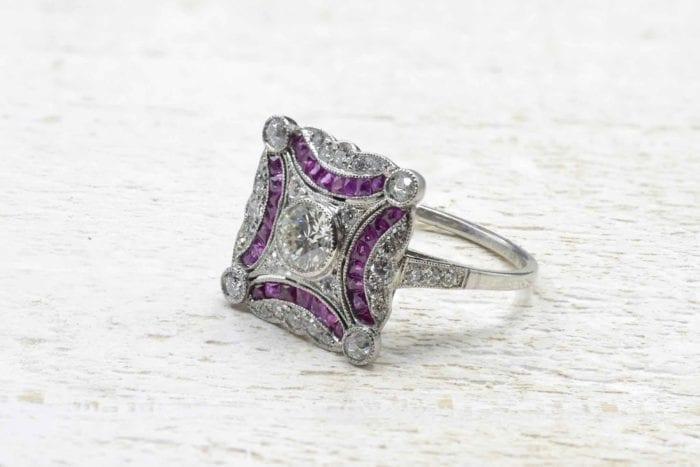 Bague Art Déco rubis calibrés et diamants en platine