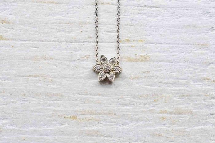 collier pendentif fleur diamants