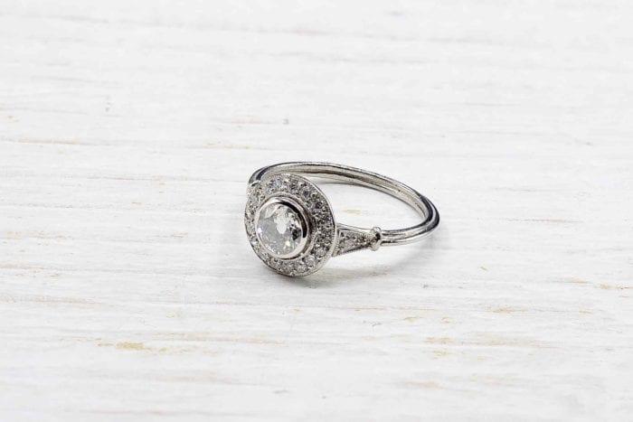 Bague solitaire diamant à entourage en platine
