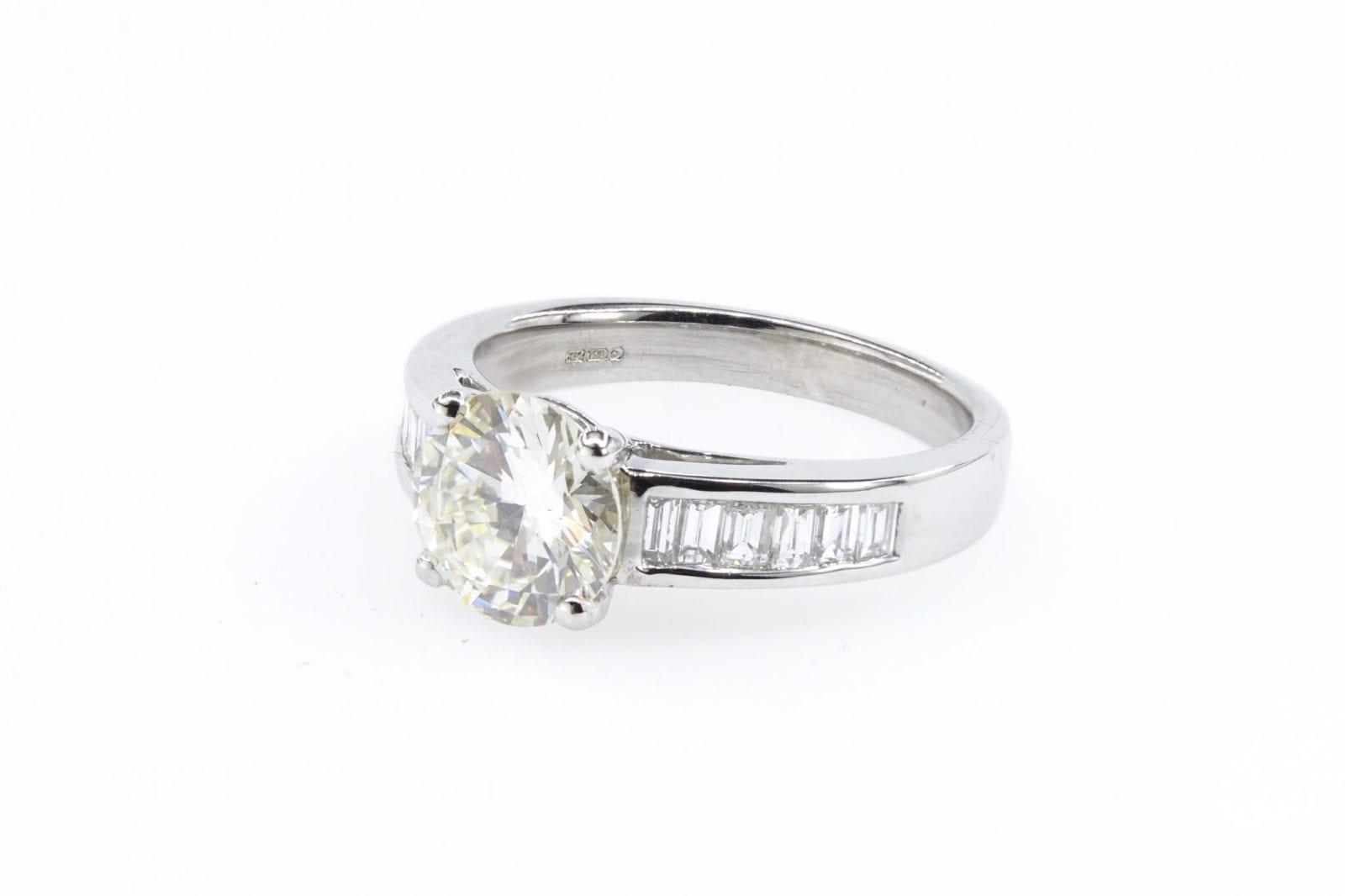 Bague solitaire diamant et baguettes