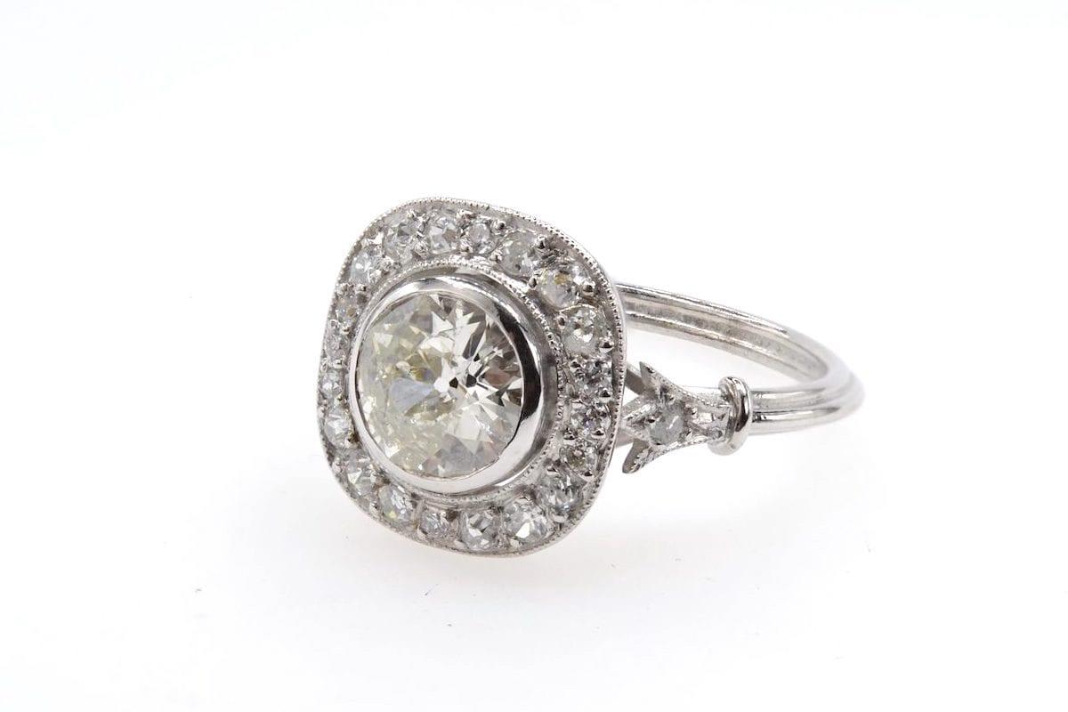 Bague vintage diamant et entourage en platine