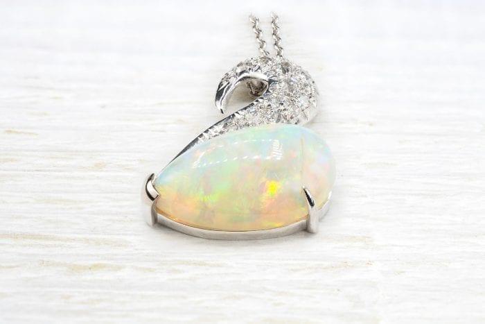 Pendentif opale en or blanc 18k et diamants anciens