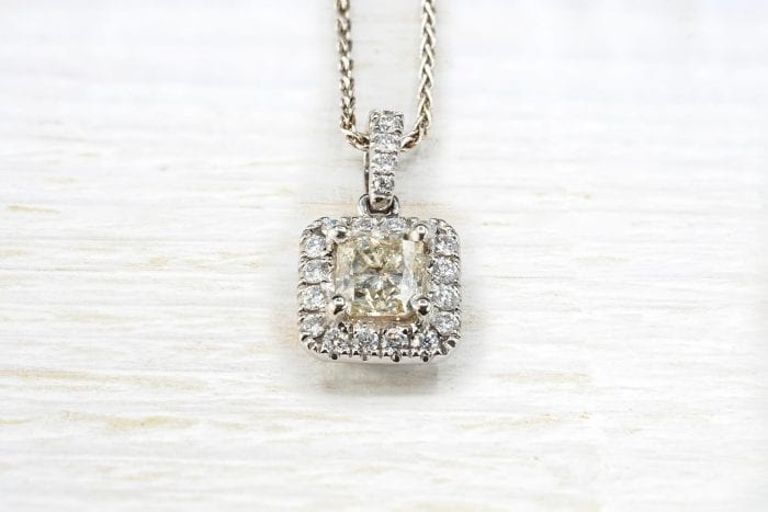 Pendentif diamant de taille princesse en or blanc 18k