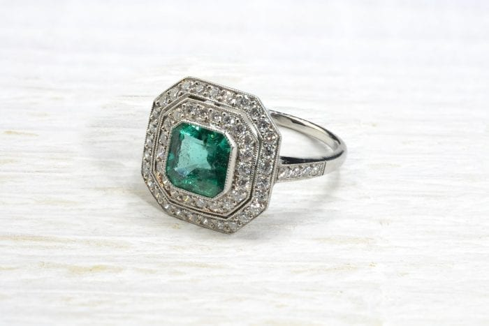 Bague émeraude double entourage diamant en platine