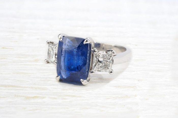 Bague saphir de Ceylan et diamants de taille princesse