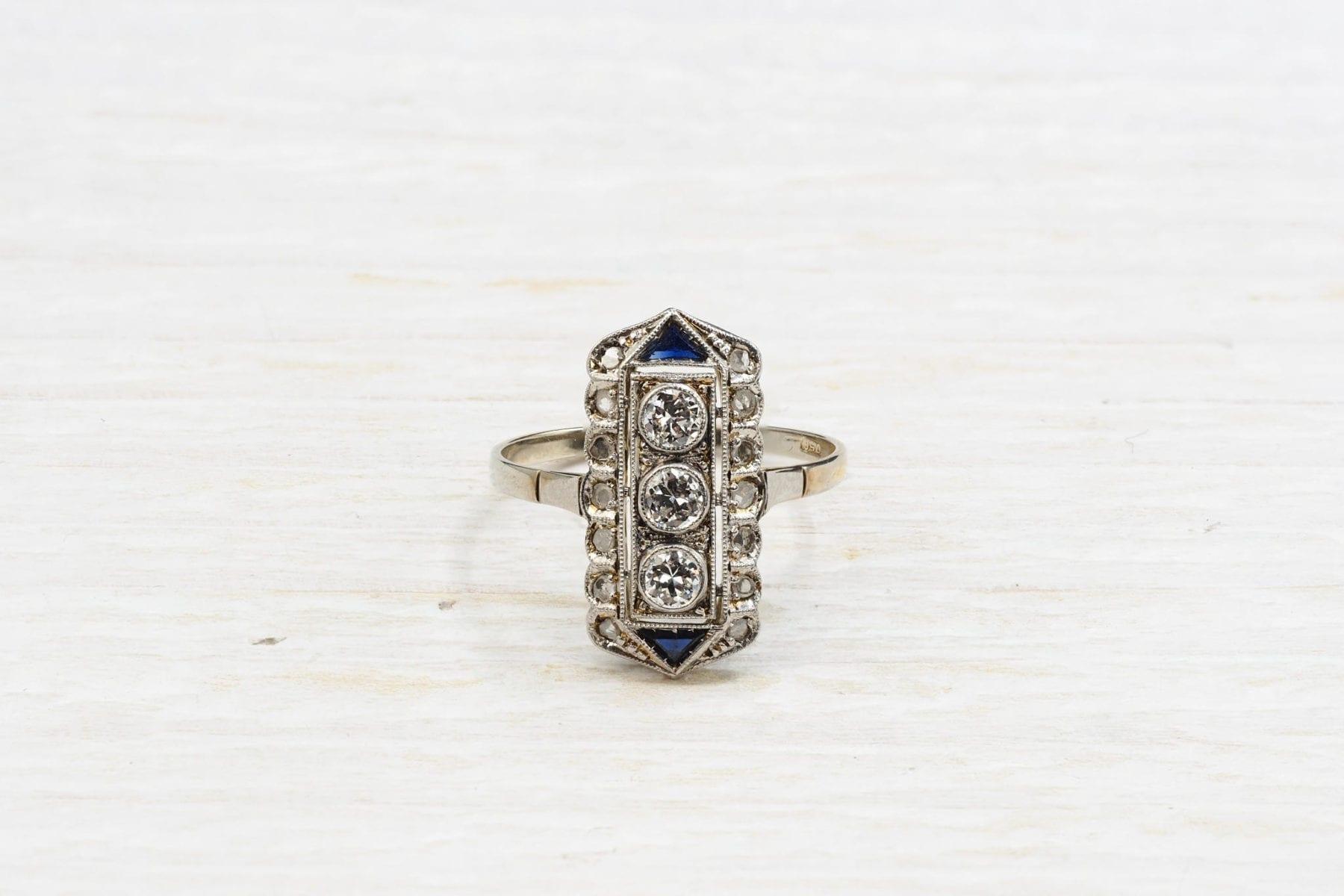 Previous Next Bague Art Déco 1920 diamants en platine