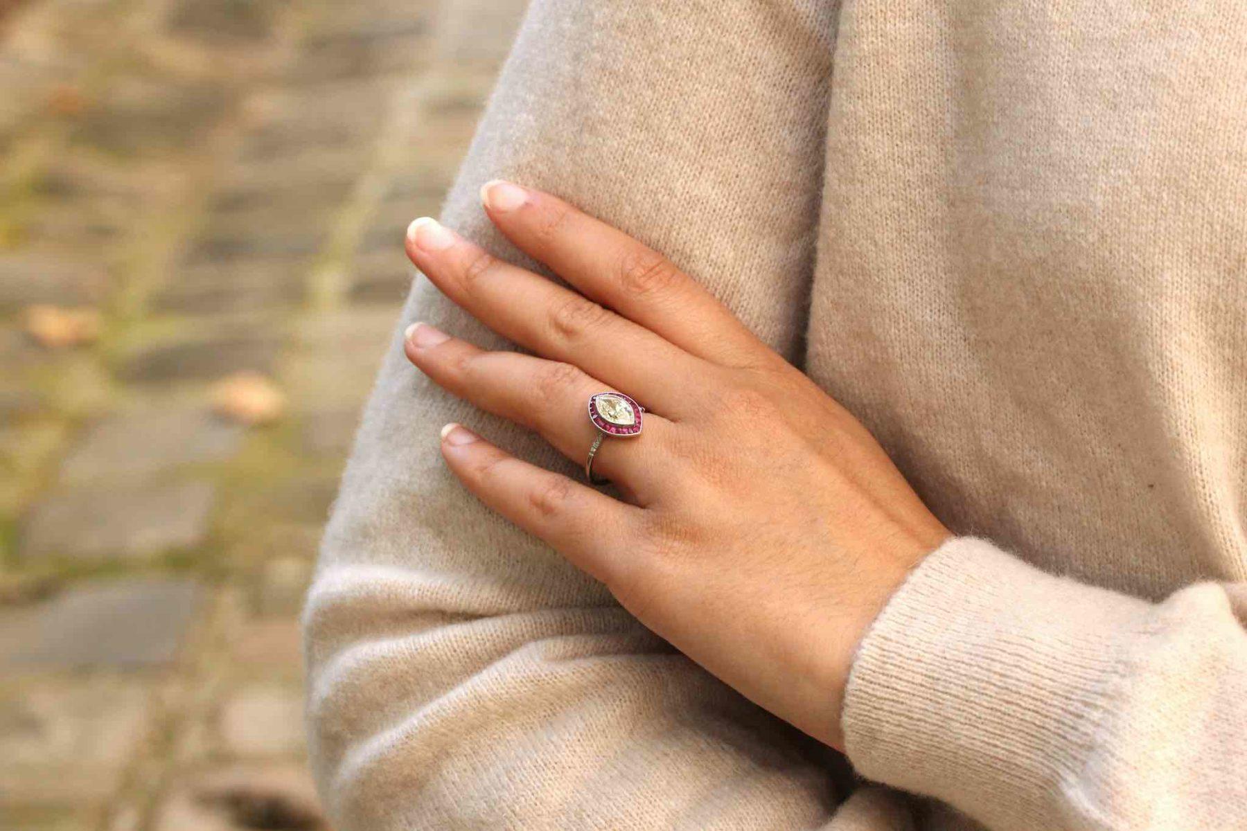 Bague navette diamant et rubis naturels en platine