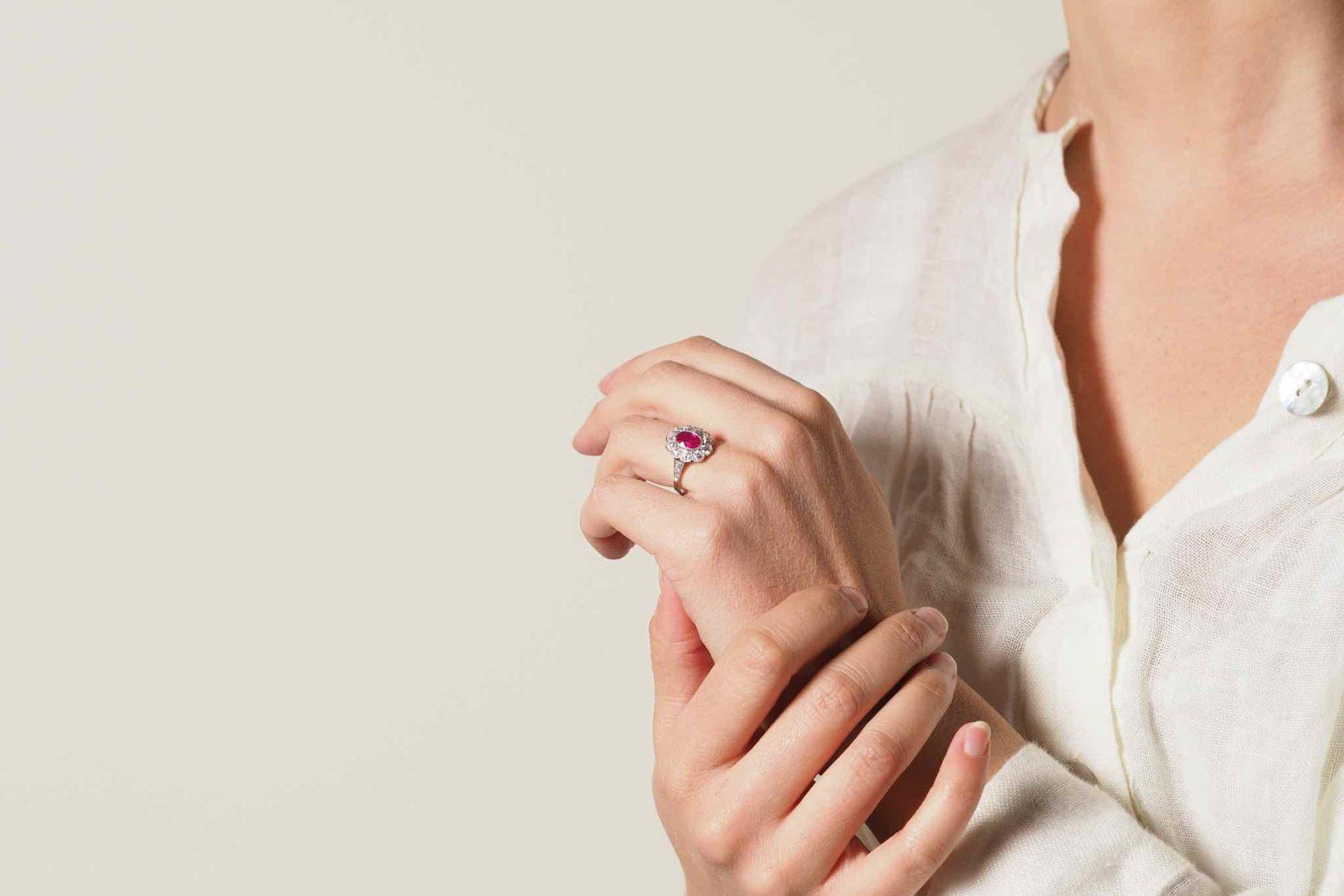 Bague marguerite rubis et diamants en platine