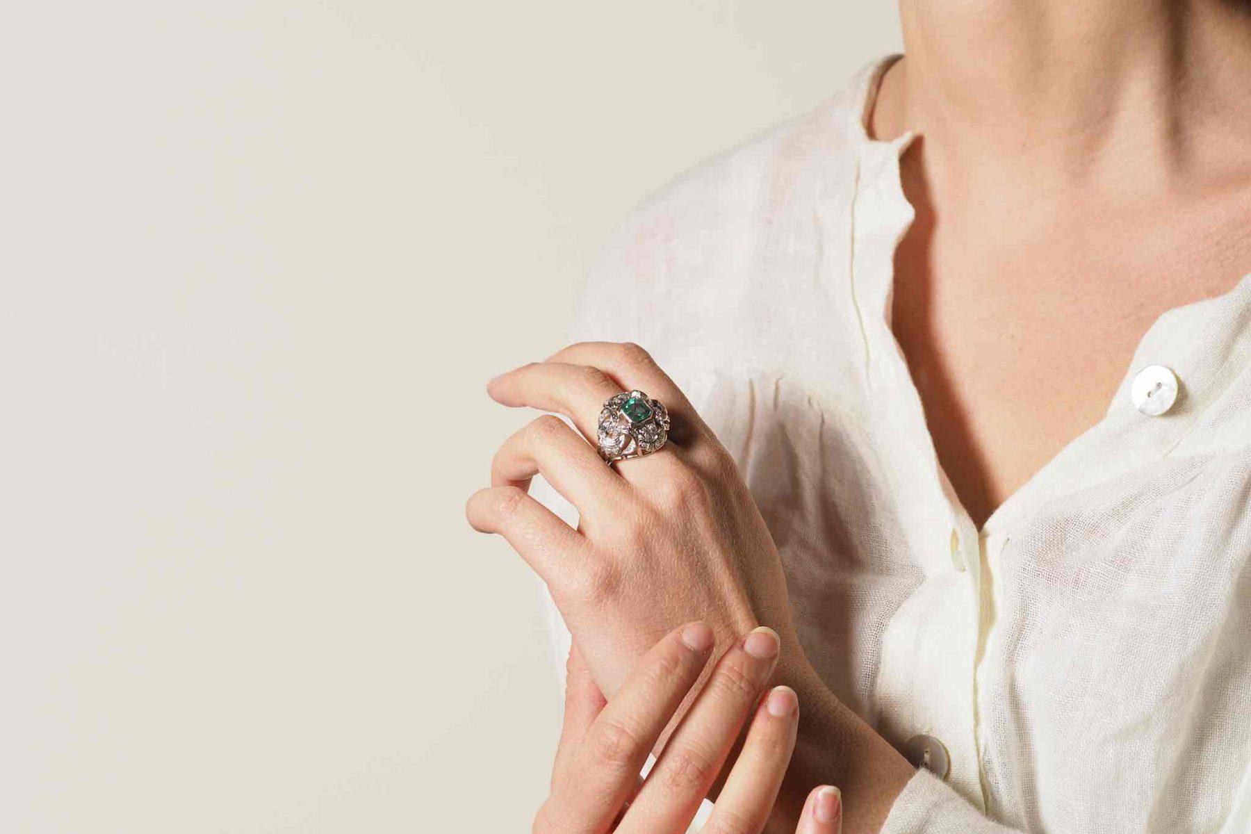 Bague dôme émeraude et diamants en or blanc 18k