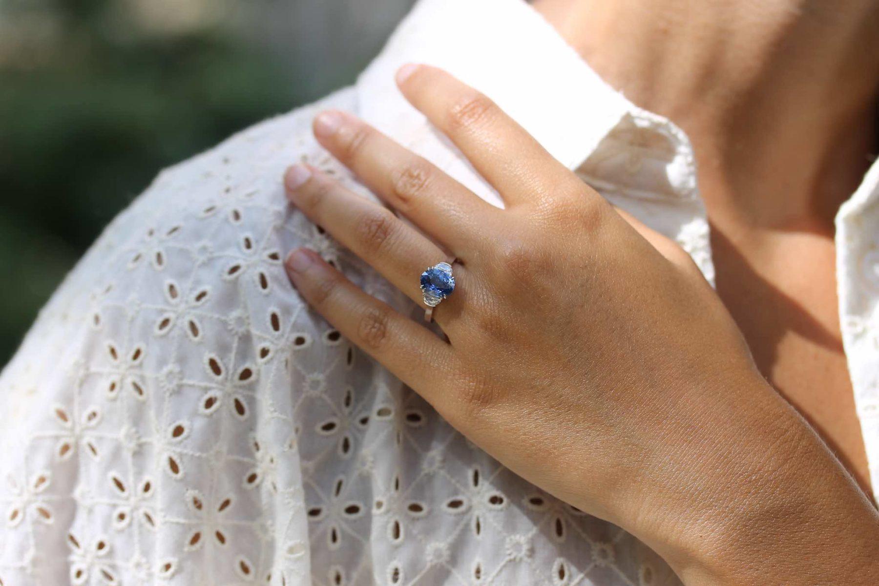 Bague saphir et diamants demi-lunes en platine