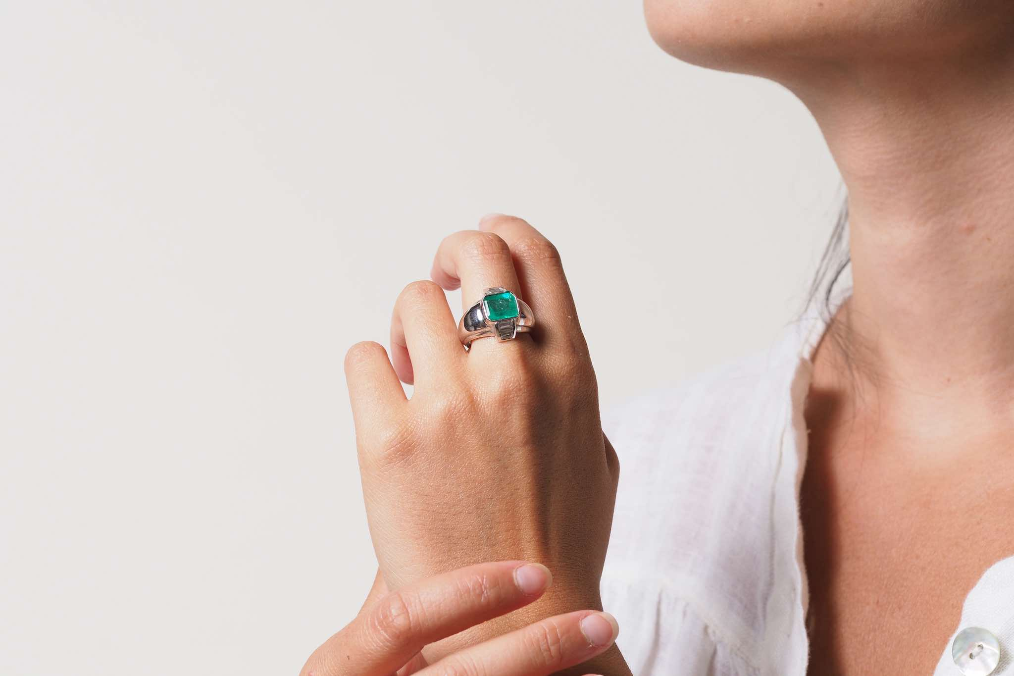 Bague dôme émeraude diamants en or blanc 18k