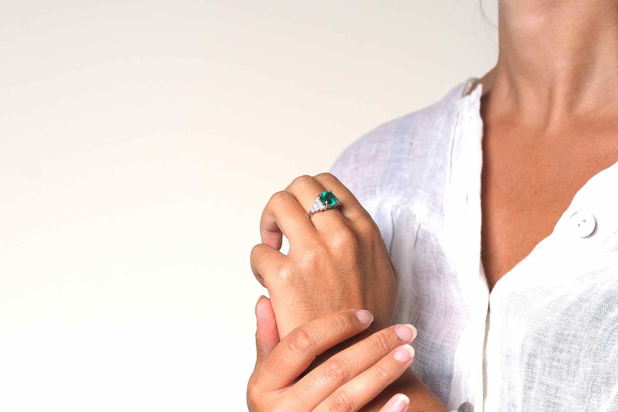 Bague Art Déco émeraude coussin et diamants