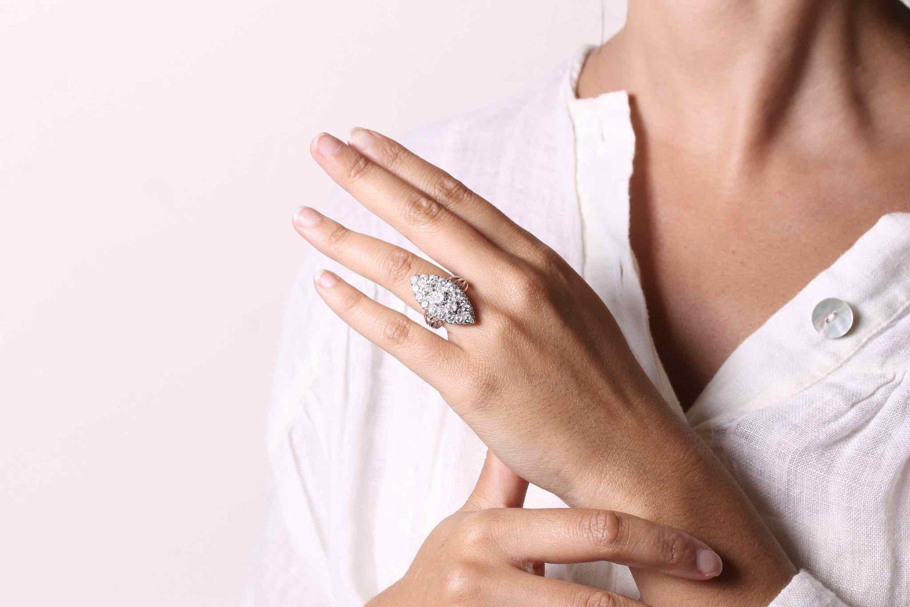 Bague marguerite cabochon saphir diamants