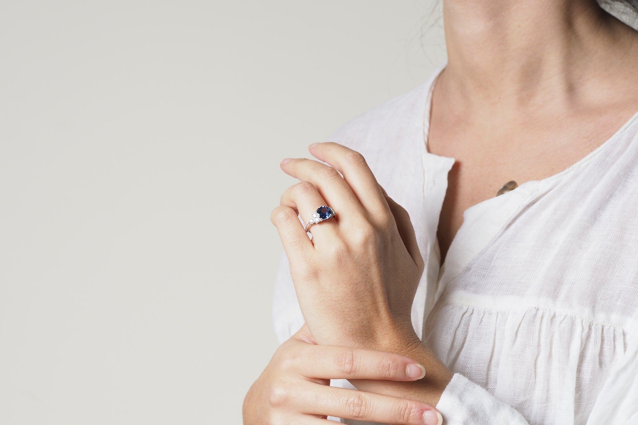 Bague saphir et diamants de style Art Déco