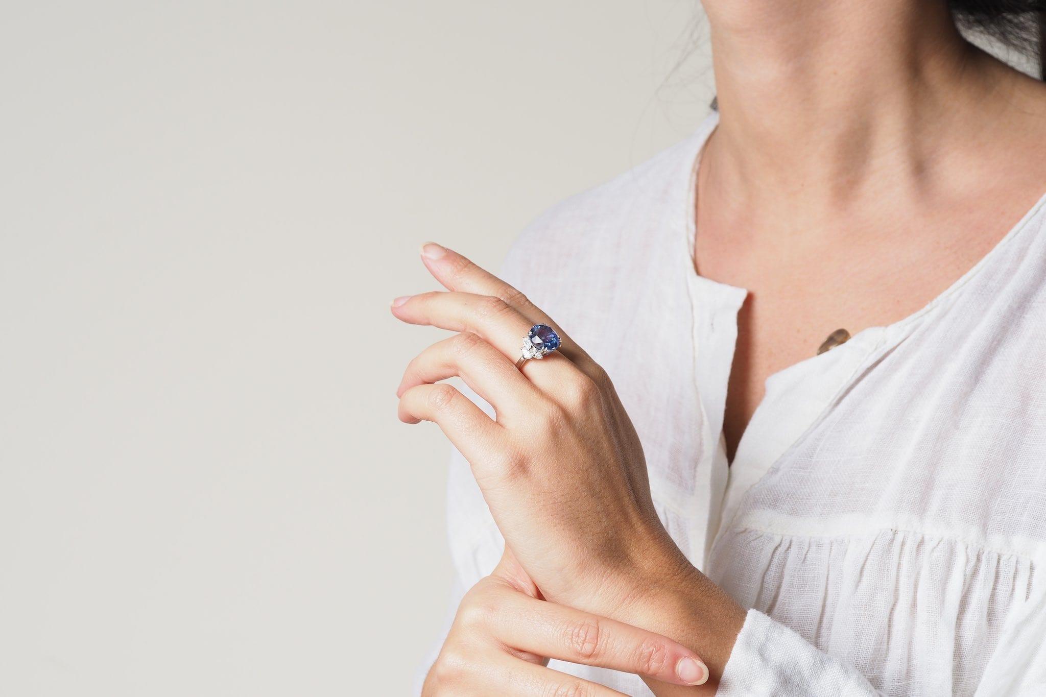 Bague saphir de Ceylan et diamants navettes en platine