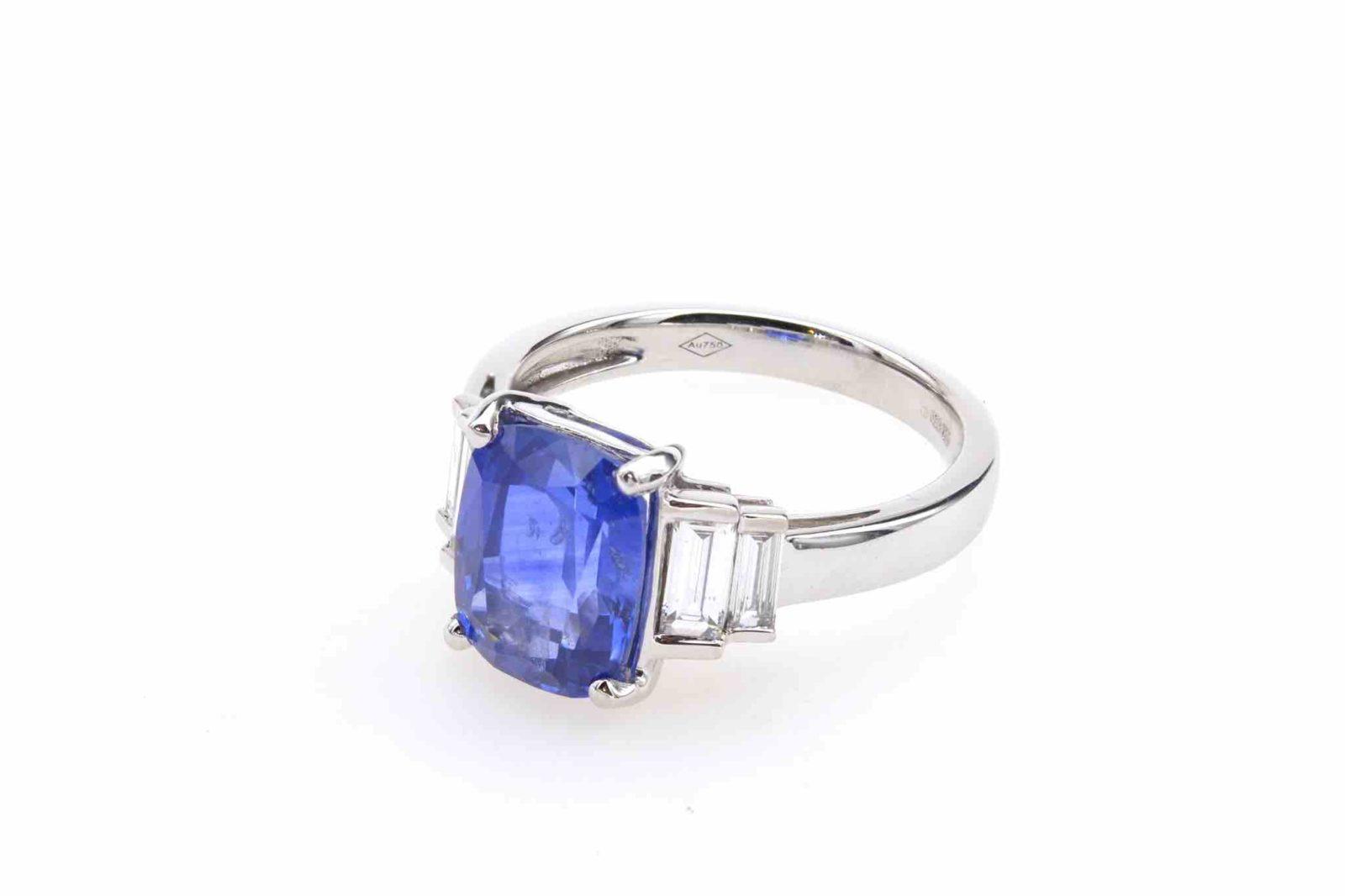Bague saphir et diamants baguettes en or blanc 18k