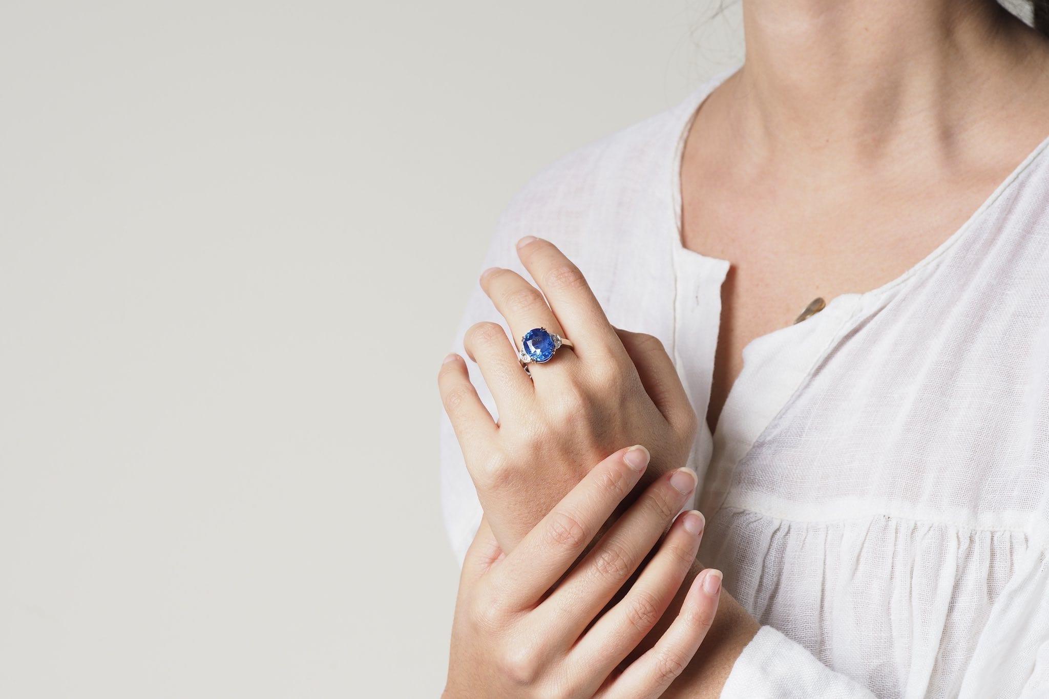 Bague saphir de 11,21 carats et diamants demi-lunes en platine