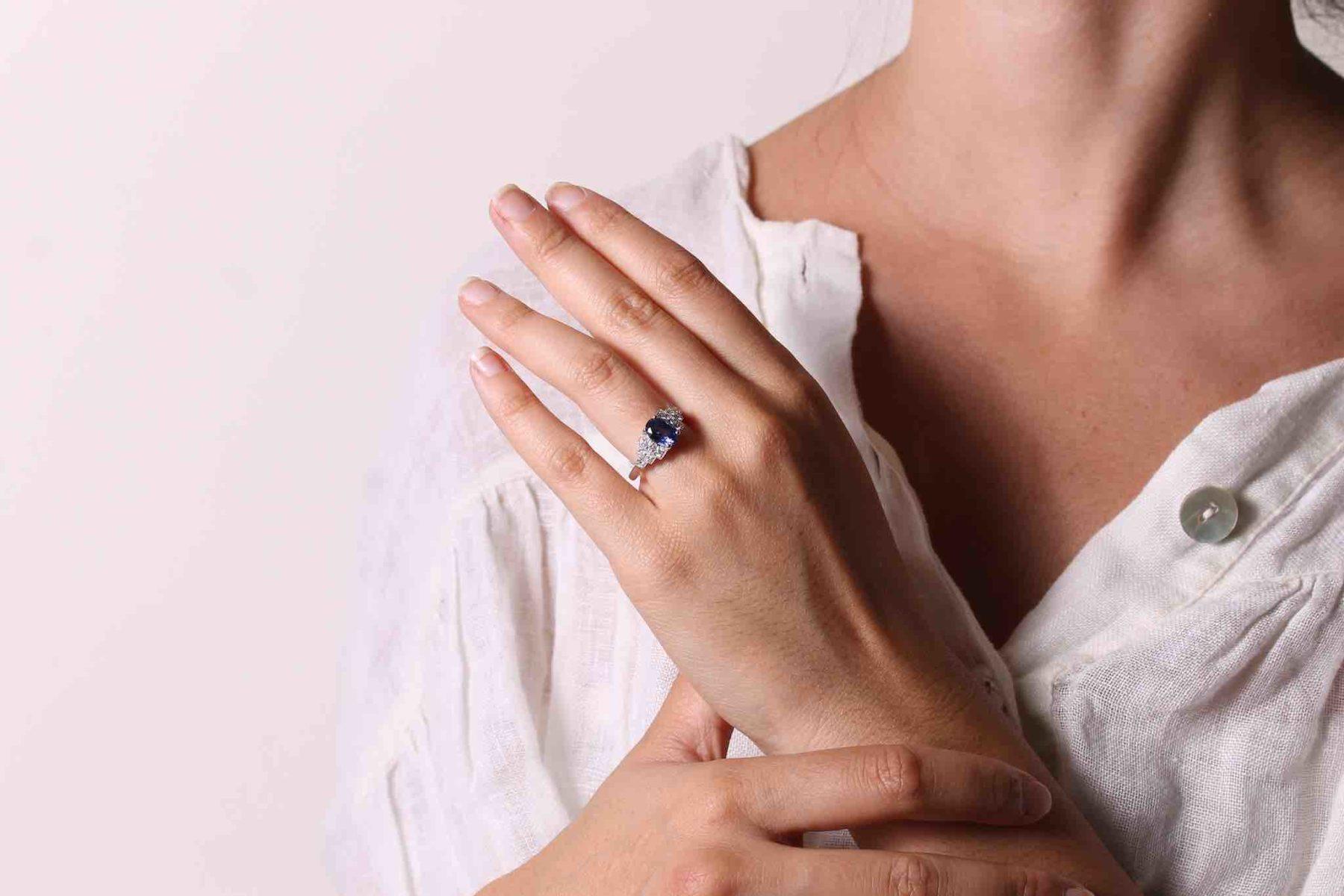 Bague de style Art Déco saphir ovale et diamants