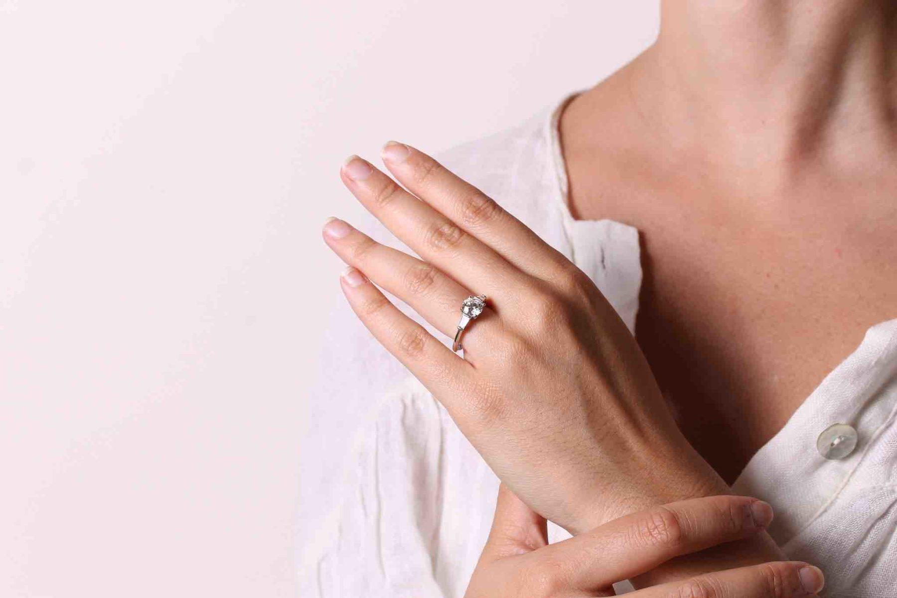 Bague solitaire diamant et trapèzes en platine