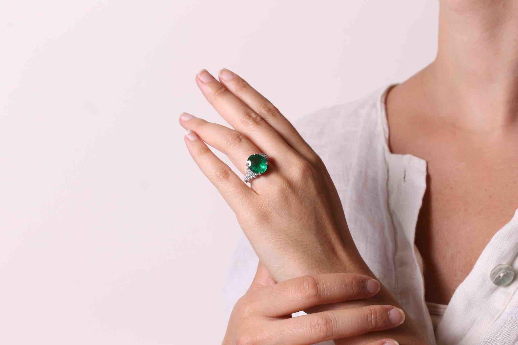 Bague émeraude ovale et diamants en or blanc 18k
