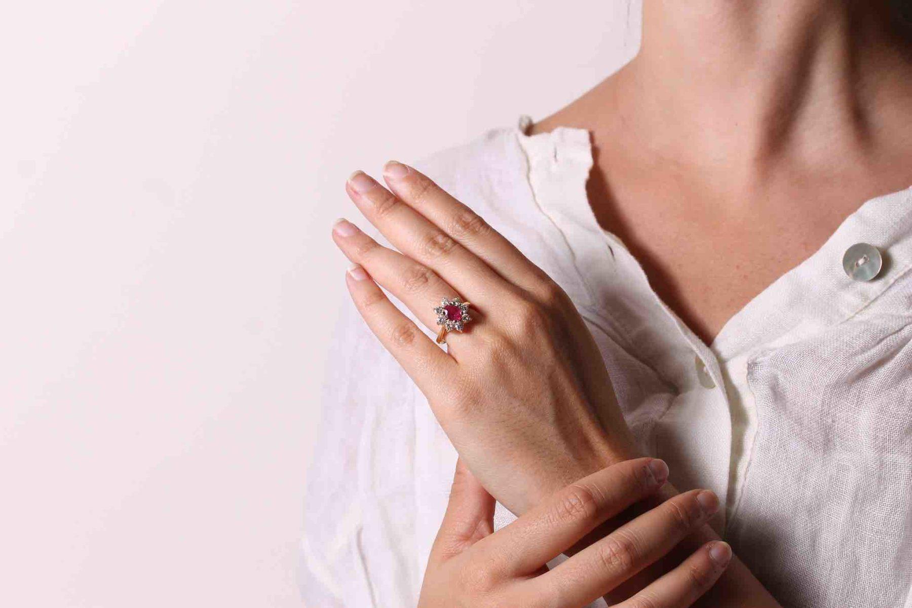 Bague marguerite rubis et diamants en or jaune 18k