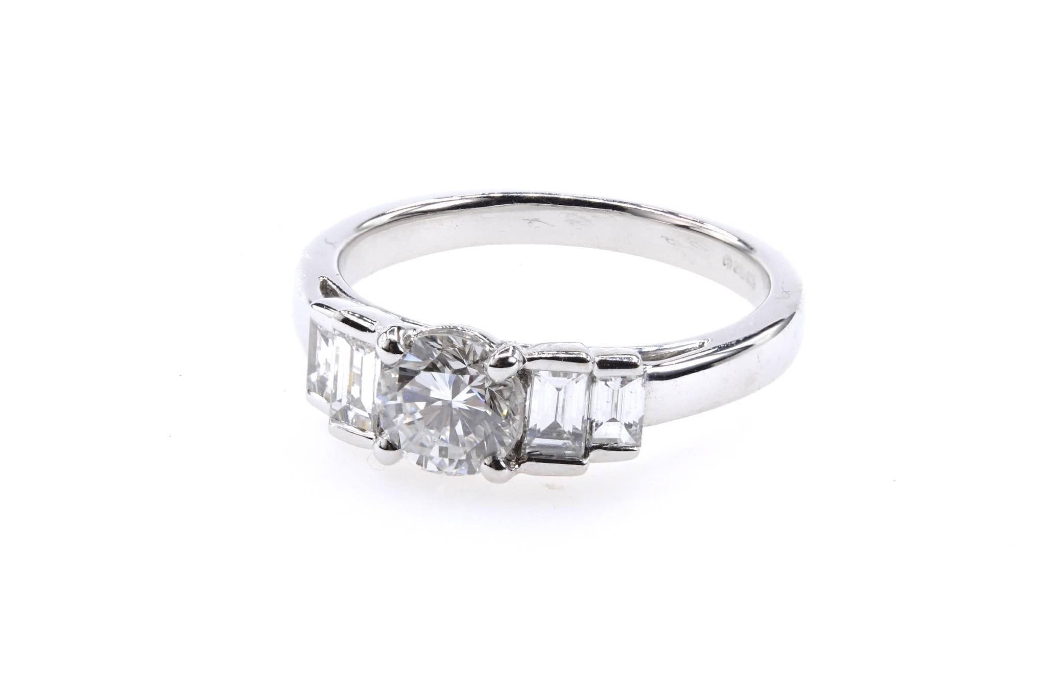 Bague diamant brillant et baguettes en or blanc 18k