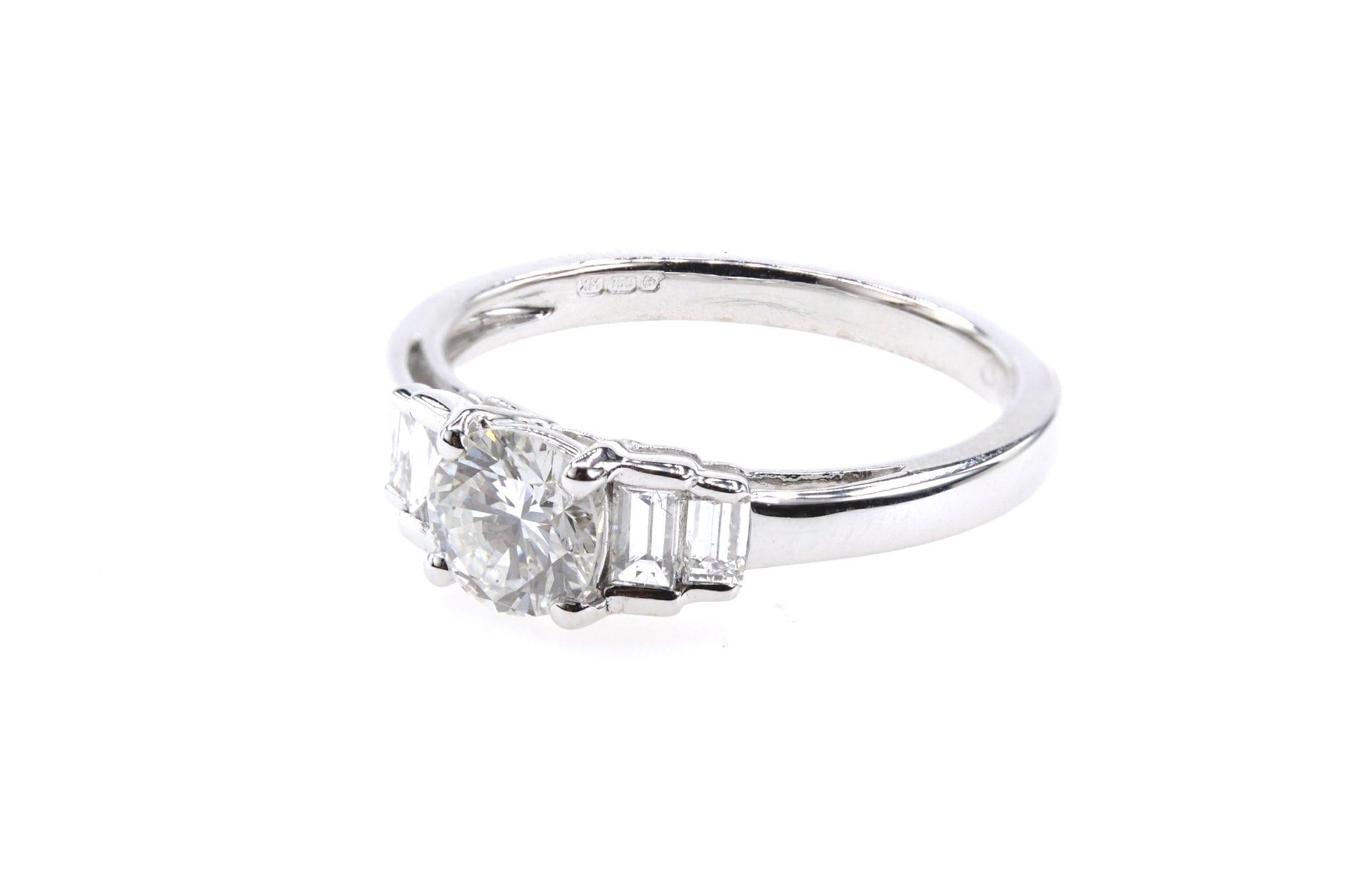 Bague solitaire diamants et diamants baguettes