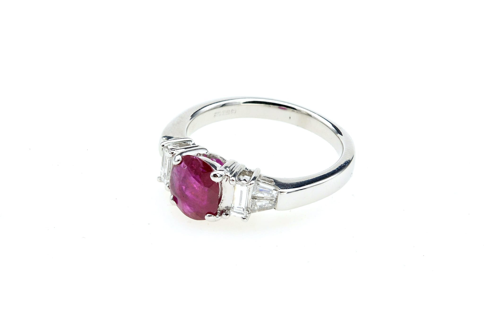 Bague rubis et diamants baguettes en or blanc 18k