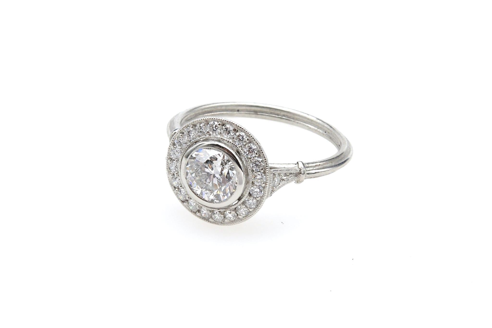 Bague ronde diamants entourage en platine