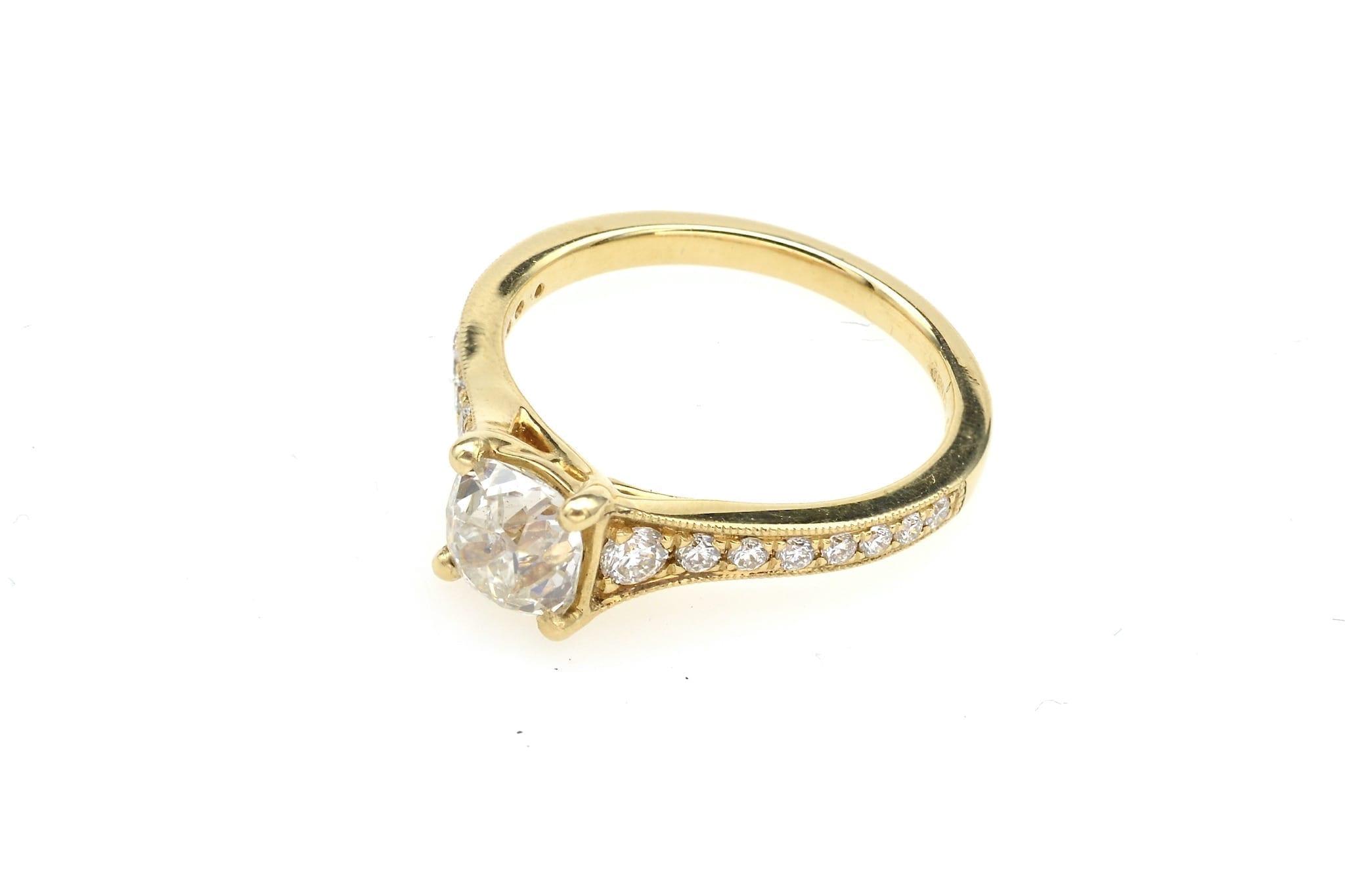Bague solitaire diamant coussin en or jaune 18k