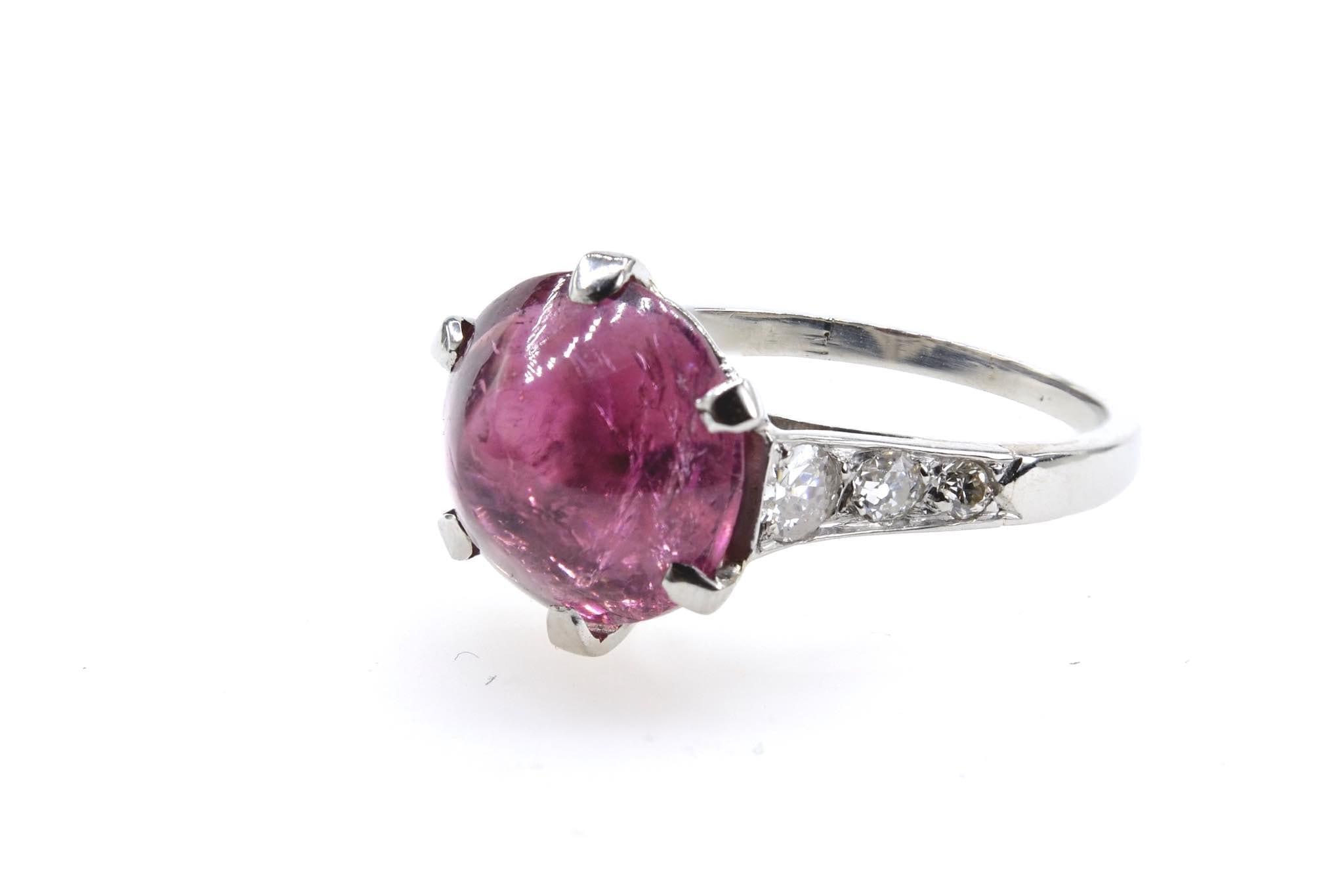 Bague rubellite cabochon et diamants en platine