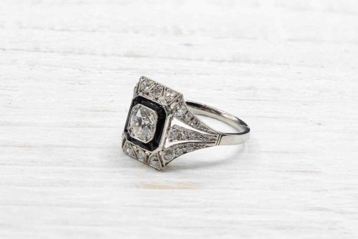 Bague Art Déco diamants et onyx sur platine