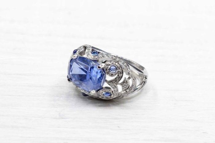 Bague dôme saphir et diamants en or blanc 18k
