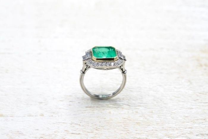 Bague Art Déco émeraude et diamants en platine