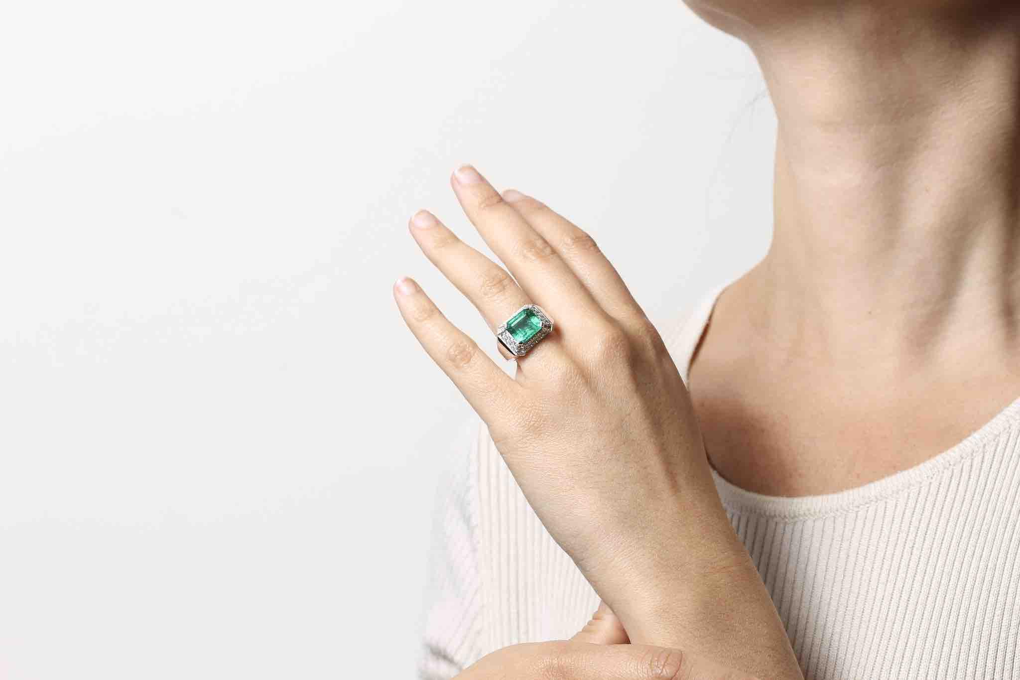 Bague émeraude pavée de diamants
