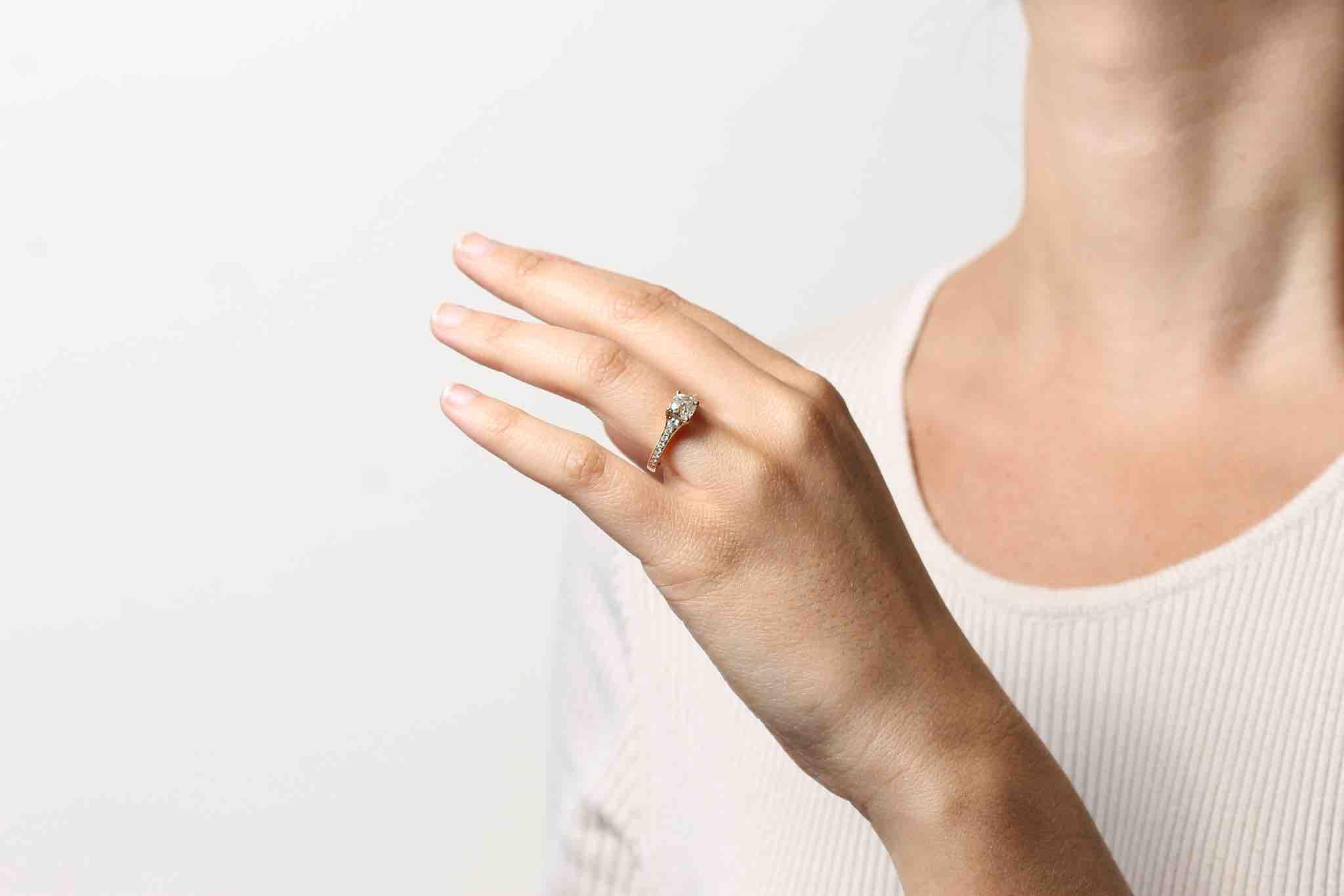 Bague solitaire diamant coussin