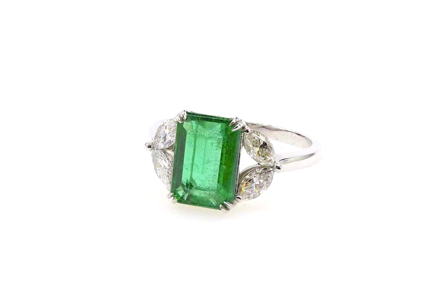 bague émeraude et diamants navettes en platine