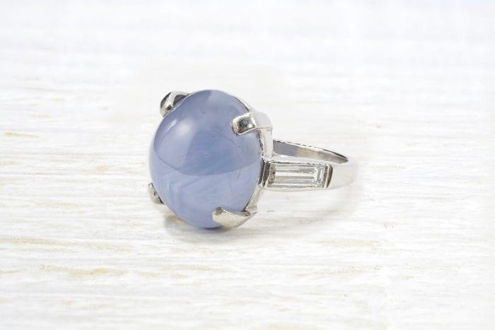 Bague saphir étoilé et diamant taille baguette en platine