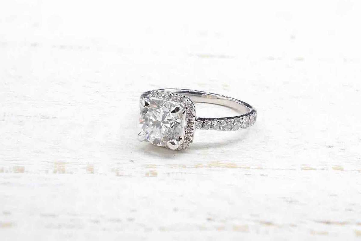 bague solitaire diamant entourage en or blanc 18k