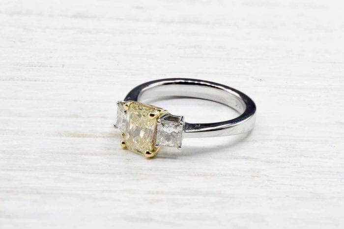 Bague solitaire diamant jaune sur or blanc