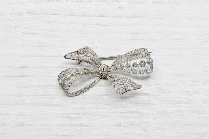 Broche noeud ancienne diamants et platine