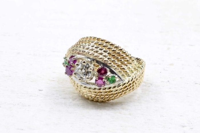 Bague 1970 diamants rubis et émeraudes en or jaune 18k